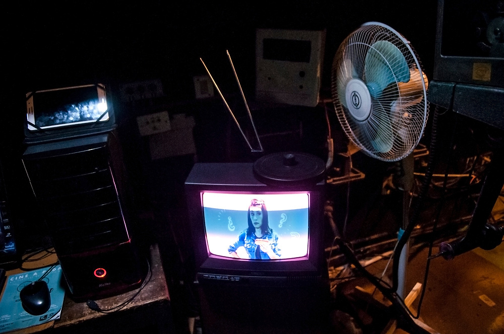 20181101/ Javier Calvelo - adhocFOTOS/ URUGUAY/ MONTEVIDEO/ Centro de Documentación Cinematográfica, Sala Cinemateca y Sala 2 en Lorenzo Carnelli 1311/ Proyecto documental sobre el ultimo mes de funciones en la vieja y tradicional infraestructura de salas de la Cinemateca Uruguaya. Cinemateca Uruguaya es una filmoteca uruguaya con sede en Montevideo, Uruguay, fundada el 21 de abril de 1952. Es una asociación civil sin fines de lucro cuyo objetivo es contribuir al desarrollo de la cultura cinematográfica y artística en general.<br /> Trabajadores: Guillermina Martín Bibliotecologa , Susana Roura y Lucero Trelles en Boleteria, Martin Ramirez proyeccionesta sala 2, Jorge Barboza Sala Cinemateca, <br /> Alejandra Frechero coordinacion , Silvana Silveira encargada depto comercial  , Magela Richero administracion <br /> En la foto:  Sala de proyecciones en Sala Cinemateca. Foto: Javier Calvelo/ adhocFOTOS