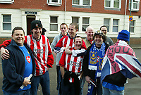Fotball<br /> FA-cup 2005<br /> Southampton v Portsmouth<br /> 29. januar 2005<br /> Foto: Digitalsport<br /> NORWAY ONLY<br /> Portsmouth and Southampton fans meet up before the game and spirits are high but friendly