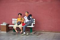 Chine, Pékin (Beijing), touristes chinois à l'exterieur de la Cité interdite // China, Beijing, local tourist outside the Forbidden City
