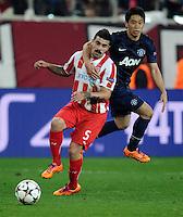 Olympiakos' Paulo Machado (left) and Manchester United's Shinji Kagawa battle for the ball