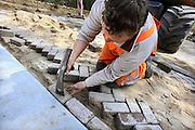 Nederland, Ubbergen, 26-4-2010Een wegenbouwbedrijf vernieuwd de hele doorgaande weg door het dorp. In fasen worden wegvakken van het wegdek ontdaan en de weg getransformeerd tot een 30 km. weg. Hier wordt een drempel aangelegd.Foto: Flip Franssen/Hollandse Hoogte