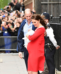 © Licensed to London News Pictures. 23/04/2018. London, UK. PRINCE WILLIAM and THE DUCHESS OF CAMBRIDGE leave St Mary's Hospital with their new baby boy. Photo credit: Guilhem Baker/LNP