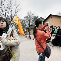 China,Shaoshan , 2008..Chinese toeristen bezoeken hetr dorp van voormalige leider Mao Zedong tijdens de Mao Zedong toeristische route.