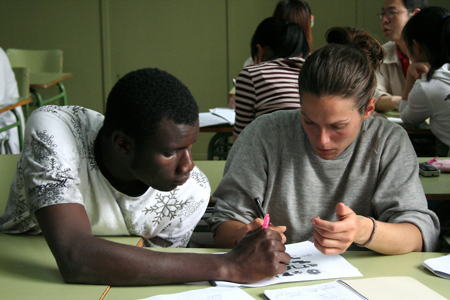 Thiero (Senegal, 23) and his Italian classmate are working on an exercise related to work vocabulary in the Spanish class.
