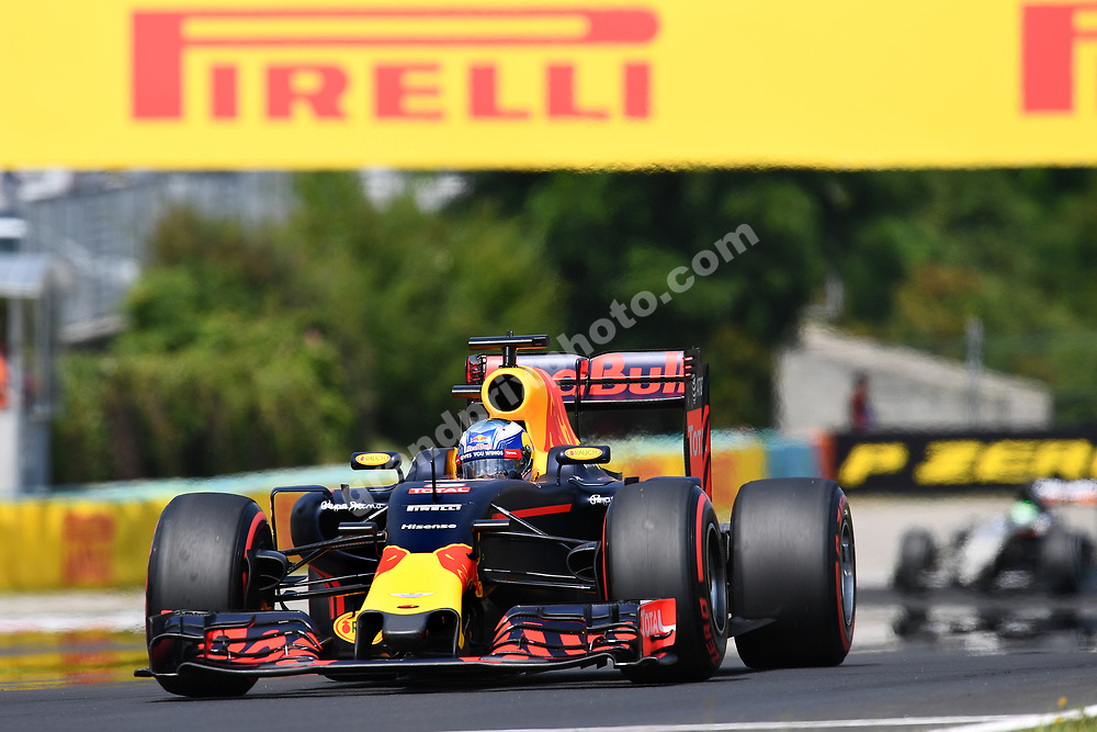 Daniel Ricciardo (Red Bull-Renault) in frojnt of Nico Hulkenberg (Force India-Mercedes) during practice for the 2016 Hungarian Grand Prix at the Hungaroring outside Budapest. Photo: Grand Prix Photo