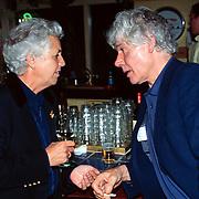 Boekpresentatie Dolf de Vries Den Haag, Paul van Vliet rokend in gesprek met de vrouw van Dolf Lout