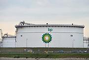 Nederland, Rotterdam, 12-5-2017Raffinaderij en opslagtanks van BP, British petroleuml , olieverwerkende industrie, een terrein met opslagtanks en raffinage voor olie. Rotterdam is in Europa de grootste importhaven en een van de grootste ter wereld voor overslag en raffinage van ruwe olie. De aangevoerde olie wordt voor ongeveer de helft gebruikt door raffinaderijen van Shell, BP, Esso, Exxon Mobil, Kuwait Petroleum, en Koch. De rest wordt per pijpleiding naar Vlissingen, Belgie en Duitsland overgeslagen.Foto: Flip Franssen