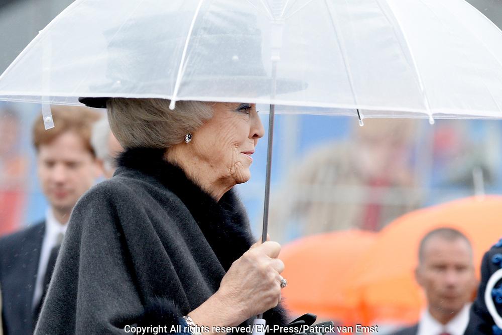 In aanwezigheid van prinses Beatrix onthult burgemeester Jozias van Aartsen het standbeeld Grote George van oorlogsheld en naamgever van Madurodam George Maduro. <br /> <br /> In the presence of Princess Beatrix ,mayor Jozias van Aartsen unveils the statue of Big George o, a war hero and namesake of Madurodam - George Maduro.<br /> <br /> Op de foto n/ On the photo:  Prinses Beatrix aanwezig bij de onthulling / Princess Beatrix attended the unveiling
