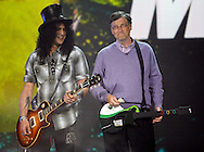 Microsoft Chairman Bill Gates with a Guitar Hero III guitar listens to Slash (L) of Velvet Revolver at his keynote address at the Consumer Electronics Show in Las Vegas, Nevada January 6, 2008. REUTERS/Rick Wilking (UNITED STATES)