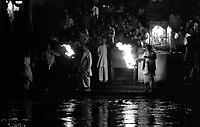 """Benares (Varanasi) Indie, 10.1997. Najbardziej znane na swiecie indyjskie miasto-1,5 mln mieszkancow. Jest najwazniejszym miejscem pielgrzymkowym w Indiach i zarazem najwieksza atrakcja turystyczna kraju. Miasto lezy nad Gangesem (Ganga) swieta rzeka hinduizmu. Kazdy wyznawca hiduizmu przynajmniej raz w zyciu pownien obmyc cialo w wodach Gangesu w Benares, stad mozna powiedziec, ze jest to najwazniejsze miasto dla wyznawcow hinduizmu *** Varanasi, also known as Benares, is a city on the banks of the river Ganges in Uttar Pradesh, India. In the sacred geography of India Varanasi is known as the """"microcosm of India"""". Varanasi is considered as the religious capital of Hinduism *** N/z modlitwa nad brzegiem fot Michal Kosc / AGENCJA WSCHOD"""