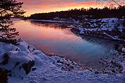 Vinterkväll, solnedgång i en vik på Gålö i Stockholm skärgård