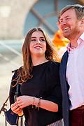 DEN HAAG, 27-04-2021, Paleis Noordeinde<br /> <br /> Vanaf het terrein van Paleis Noordeinde sluiten The Streamers Koningsdag feestelijk af. Op het binnenplein van het Koninklijk Staldepartement geven The Streamers het tweede concert van hun 'Holland Tour'. Foto: Brunopress/Patrick van Emst<br /> <br /> King Willem-Alexander, Queen Maxima with their daughters Princess Amalia, Princess Alexia and Princess Ariane during King's Day 2021<br /> <br /> Op de foto: Koning Willem-Alexander en  Prinses Alexia