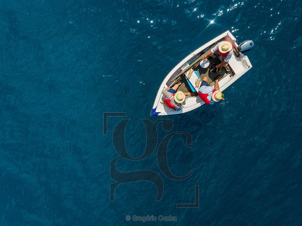 Portugal, Ilha da Madeira, Ponta do Sol, 17/05/18:Pescadores numa embarcação tradicional ao largo da vila da Ponta do Sol.<br /> Foto: Gregório Cunha