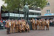 Streekbezoek Koning en Koningin in de voormalige Mijnstreek Limburg /// Region Visit King and Queen in the former mining region of Limburg<br /> <br /> op de foto / on the photo: <br /> <br />  kompel / mijnwerker bij het mijnwerkersmonument