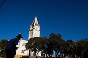 Araxa_MG, Brasil...Homem em frente a igreja Matriz de Sao Domingos...A man in front of  the Sao Domingos church...Foto: MARCUS DESIMONI / NITRO