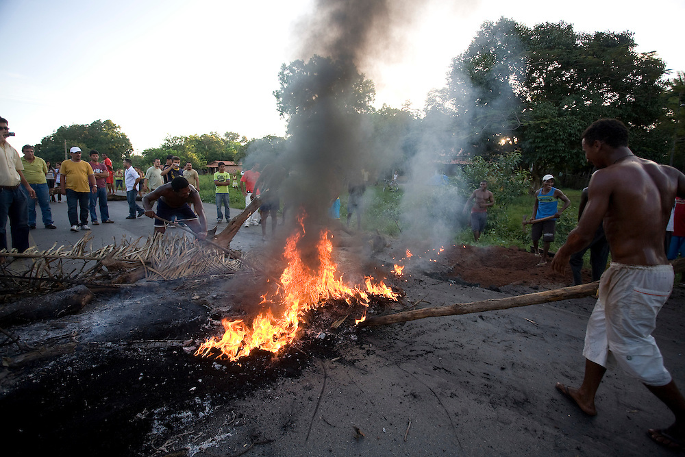Itapecuru-Mirim_MA, Brasil...Moradores da comunidade de Santa Rosa, abrem uma vala na BR 135 KM 89, unico acesso a capital Sao Luis, em protesto contra o atropelamento de uma estudante...The community residents of Santa Rosa, opened a hole on the BR 135 KM 89, it is unique access to capital Sao Luis, the protest is against the trampling of a girl student...Foto: LEO DRUMOND /  NITRO
