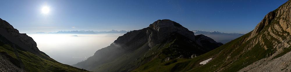 Das Matthorn und die Voralpen im Schein des Vollmondes in einer Sommernacht im August unterhalb des Pilatus Kulms, Luzern, Schweiz