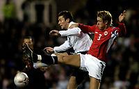 Fotball<br /> Foto: SBI/Digitalsport<br /> NORWAY ONLY<br /> <br /> Landskamp U21<br /> England v Norge 3-1<br /> Reading 28.02.2006<br /> <br /> England's David Nugent challenges Norway's Børre Steenslid