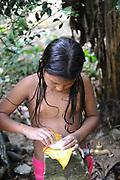 Indígenas emberá / niña en comunidad indígena emberá, Panamá.