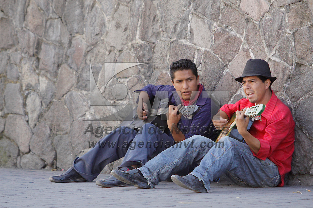 TOLUCA, México.- Dos jóvenes practican guitarra en la calle, una forma para distraerse, cantando en la calle. Agencia MVT / Crisanta Espinosa. (DIGITAL)