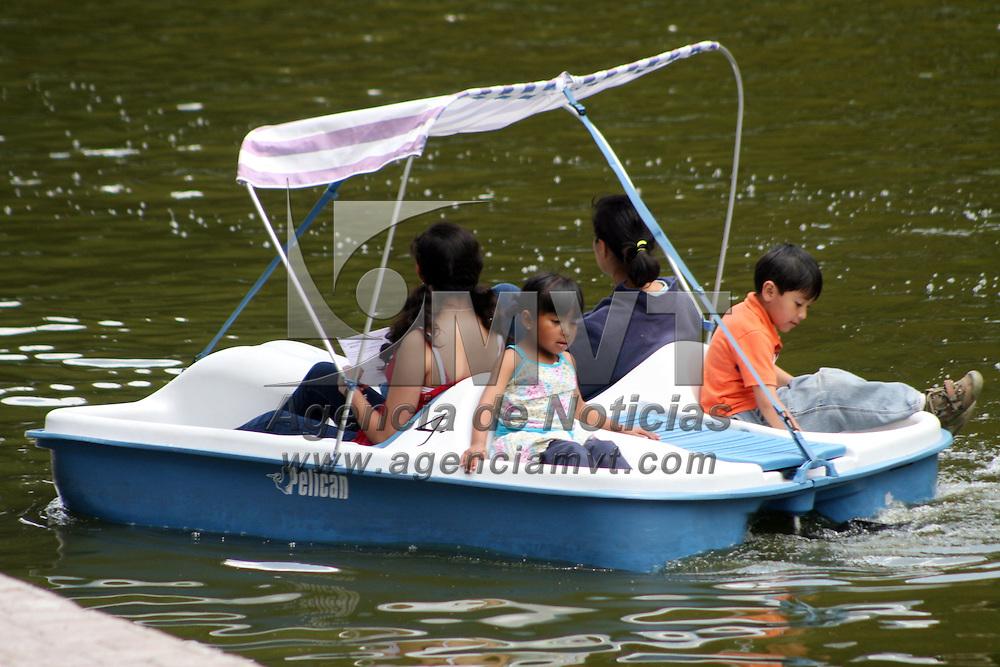 TOLUCA, Mexico.- En el parque metropolitano de la ciudad de Toluca, la gente se divierte en la zona de la laguna artificial con lanchas de pedales, donde además asen ejercicio. Agencia MVT / José Hernández. (DIGITAL)