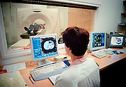 Nederland, Nijmegen, 16-8-2002..Verpleegkundige, laborant, bedient een ct-scanner op de afdeling radiotherapie van het UMC Radboud.Wachtlijsten gezondheidszorg. Automatisering, ziekenhuis...Foto: Flip Franssen