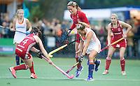 AMSTERDAM - Hockey - Kitty van Male (Neth) met Crista Cullen (GB).  Interland tussen de vrouwen van Nederland en Groot-Brittannië, in de Rabo Super Serie 2016 .  COPYRIGHT KOEN SUYK