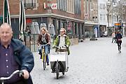Een man rijdt op een bakfiets met aluminium bak. In Nijmegen vindt voor de derde keer het International Cargo Bike Festival plaats. Het tweedaags evenement richt zich op het gebruik en de gebruikers van bakfietsen. Bakfietsen worden in heel Europa steeds vaker ingezet, zowel door particulieren als bedrijven. Het is een duurzame vorm van transport en biedt veel voordelen.<br /> <br /> In Nijmegen for the third time the International Cargo Bike Festival is hold. The two-day event focuses on the use and users of cargobikes. Cargo bikes are increasingly being deployed across Europe, both individuals and businesses. It is a sustainable form of transport and offers many advantages.