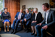 Koning Willem-Alexander in een van de eerste woningen en hun bewoners in de Zuiderzeewijk. De koning bezoekt Lelystad ter gelegenheid van het 50-jarig bestaan