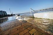 Nederland, Nijmegen, 7-2-2020In Nijmegen en de aangrenzende Ooijpolder stijgt het water van de Waal gestaag tot het maximum van deze keer morgen.. Veel dagjesmensen en naturliefhebbers, vogelaars, komen op het hoogwater verschijnsel af. De waalkade is vorig jaar deels verlaagd en loopt daarom sneller onder als voorheen. Hij is inmiddels afgesloten voor verkeer.Foto: Flip Franssen