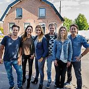 NLD/Zoelen/20150902 - Persdag RTL Eigen Huis en Tuin, Boer Tom Groot, tuinman Lodewijk Hoekstra, klusser Thomas Verhoef, klusvrouw Miranda Leijstra en presentatrices Froukje de Both en Evelyn Struik