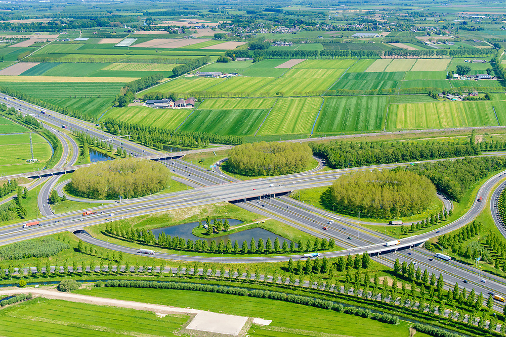 Nederland, Gelderland, Gemeente Zaltbommel, 23-08-2016; verkeersknooppunt Deil, A2 en A15 (vlnr). Parallel aan de A2 de Betuweroute. Klaverturbineknooppunt.<br /> Deil junction, main motorway A15 (Rotterdam Harbour - Germany) crossing motorway A2 to the South.<br /> <br /> aerial photo (additional fee required); luchtfoto (toeslag op standard tarieven); copyright foto/photo Siebe Swart