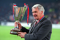 Fotball<br /> England historie<br /> Foto: Colorsport/Digitalsport<br /> NORWAY ONLY<br /> <br /> BOBBY ROBSON (BARCELONA MANAGER) with the trophy. BARCELONA V PARIS SAINT GERMAN. EUROPEAN CUP WINNERS CUP FINAL, 13/05/1997.