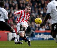Fotball<br /> England 2004/22005<br /> Foto: SBI/Digitalsport<br /> NORWAY ONLY<br /> <br /> Derby County v Sunderland<br /> <br /> Coca Cola Championship. 16/01/2005<br /> <br /> Sunderland's Stephen Elliott (C) shoots but the ball goes narrowly wide.