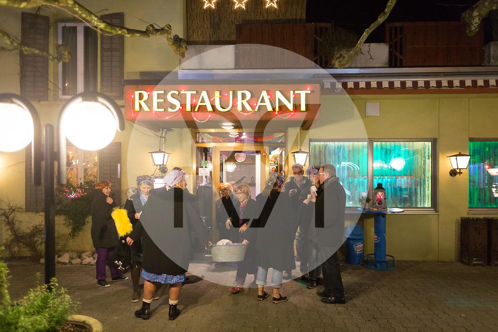 SCHWEIZ - MEISTERSCHWANDEN - Meitlitage 2018, hier die Waschweiber vor dem Restaurant Löwen - 14. Januar 2018 © Raphael Hünerfauth - http://huenerfauth.ch