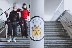 THEMENBILD - Skifahrer beim Abgang der Liftstation mit dem Hinweisschild FFP 2 Maskenpflicht, aufgenommen am 18. Januar 2021 in Kaprun, Österreich // Skiers leaving the lift station with the sign FFP 2 Mask obligation, Kaprun, Austria on 2021/01/18. EXPA Pictures © 2021, PhotoCredit: EXPA/ JFK