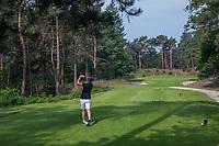 NUNSPEET - chip, pitch, handschoen, Golf op Rijk van Nunspeet.   COPYRIGHT KOEN SUYK