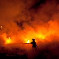 TOLUCA, Mexico.- Bomberos de la ciudad combaten, esta madrugada, el fuego que consumio un predio y una bodega con desperdicio industrial para reciclaje en la comunidad de Santa Maria Totoltepec, la rapida intervencion evito que se propagara a domicilios y un edicio contiguo, no se registraron victimas. Agencia MVT / Mario Vazquez de la Torre. (DIGITAL)