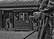 Camopi, Guyane, 2015.<br /> <br /> Gendarmerie Nationale. En 1946, la Guyane devient un département et son dernier gouverneur devenu Préfet décide d'implanter un poste administratif à Camopi sur l'Oyapock dans l'Est guyanais et un autre à Maripasoula, sur le Maroni dans l'Ouest. La première école de Camopi a été ouverte en 1955 mais sa fréquentation ne se généralise qu'après la création de la commune en 1969. L'argent arrive ici au début des années 70 peu après la citoyenneté française. À l'époque chaque famille cultive encore un abattis, la chasse et la pêche restent un apprentissage quotidien pour les jeunes enfants. Dans un premier temps, l'école républicaine qui n'a pas pour fonction de perpétuer la diversité culturelle et l'éloignement imposé par l'internat des enfants dans un institut catholique de Saint-Georges mettent un frein à la transmission de ces savoirs.<br /> Par la suite, l'arrivée des allocations familiales consacre la fin d'une certaine organisation sociale où la polygamie est largement pratiquée et favorise la structuration du foyer autour du couple pour permettre la distribution des allocations. Plus récemment, le RMI et maintenant le RSA institutionnalisent l'attribution d'aides à titre individuel qui servent à payer les cartouches ou l'indispensable essence des pirogues et créent des envies et des frustrations. Aujourd'hui, des prêts à la consommation sont finalement proposés aux habitants de Camopi. Toute cette succession de bouleversements récents conduit à une réelle perte d'identité de la population de la commune.