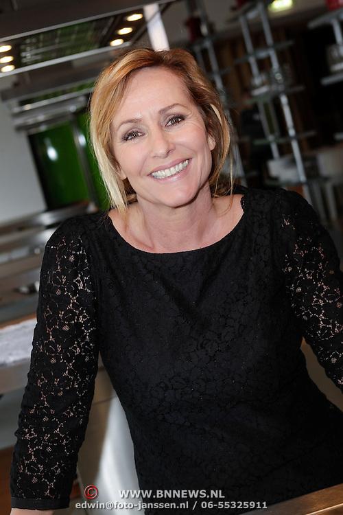 NLD/Amsterdam/20120425 - 2x2 kookwedstrijd Angela Groothuizen en Leontine Borsato, Angela Groothuizen