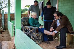 O presidente da Câmara Municipal de Porto Alegre, vereador Dr. Thiago Duarte durante atendimento médico domiciliar à Dona Odete Chaves em sua casa no bairro Parque Florestal, (extremo sul da Capital). Tratada há 12 anos pelo Dr. Thiago, Dona Odete tem 58 anos, sofre de insuficiência renal e diabetes, e tem grande dificuldade de locomoção. FOTO: Jefferson Bernardes/Preview.com