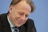 31 MAR 2004, BERLIN/GERMANY:<br /> Juergen Trittin, B90/Gruene, Bundesumweltminister, waehrend einer Pressekonferenz zum Kabinettsbeschuss zum Emissionshandel, Bundespressekonferenz<br /> IMAGE: 20040331-01-010<br /> KEYWORDS: Jürgen Trittin, BPK