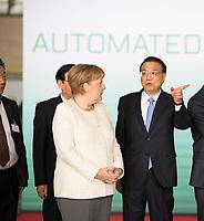 DEU, Deutschland, Germany, Berlin, 10.07.2018: Bundeskanzlerin Dr. Angela Merkel (CDU) und Li Keqiang, Ministerpräsident von China, während einer Präsentation zum autonomen Fahren im Flughafen Tempelhof.
