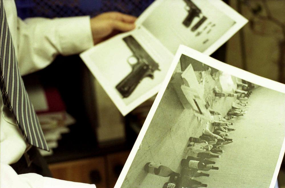 Commissaire de Corbeil-Essonnes avec les documents d'enregistrements des armes et cocktail molotov trouvés cachés dans un appartement muré dans la cité des Tarterêts.<br /> <br /> Records of weapons and molotov cocktail found hidden in some abandoned appartement in the Traterêts neighborhood.