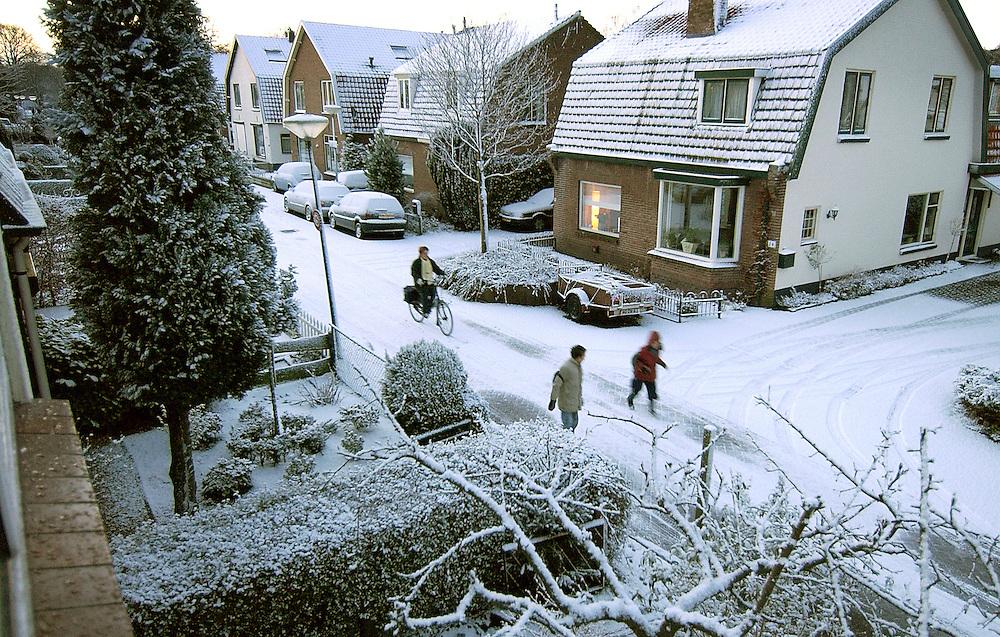Nederland, Driebergen, 24 jan 2005.Sneeuw. Het heeft vanacht gesneeuwd. De van der Muelenstraat in Driebergen is weer prachtig...Foto (c) Michiel Wijnbergh