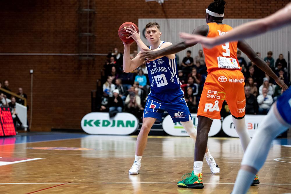 ÖSTERSUND 20211007<br /> Jämtlands Adam Johansson under torsdagens match i basketligan mellan Jämtland Basket och Norrköping Dolphins.<br /> Foto: Per Danielsson / Projekt.P