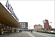 Nederland, Nijmegen, 1-2-2017 In het centrum van de stad bij het centraal station komt een AZC, asielzoekerscentrum in het voormalige belastinggebouw . Dit leegstaande overheidskantoor is door het ministerie aan het COA aangeboden en is practisch klaar. Het ligt tegenover het politiebureau, poppodium Doornroosje en naast de Nimbus woontoren. Er komen 300 asielzoekers die er bed bad en brood krijgen. Er zijn kamers met vier bedden, kookgelegenheid, wasgelegenheid en douches. In de hal werken twee portiers, bewakers. Er is een grote gezamelijke recreatieruimte waar ruimtes aan grenzen voor het geven van o.a. inburgeringscursussen en kinderopvang. Het COA en vluchtelingenopvang houden er kantoor en er is een medische post. FOTO: FLIP FRANSSEN