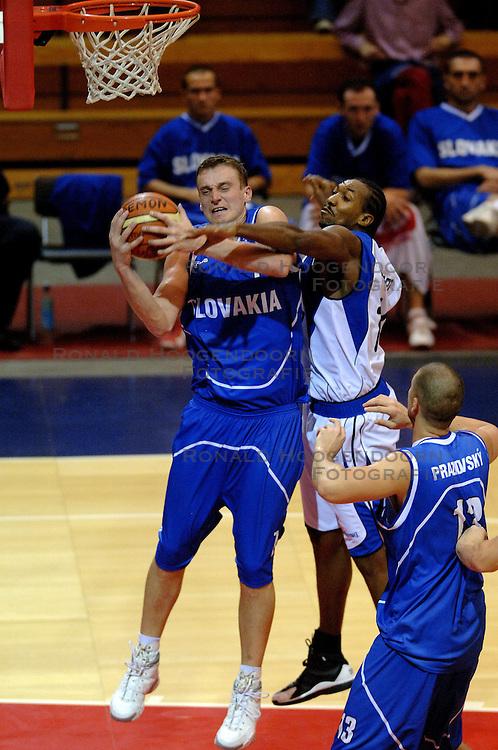06-09-2006 BASKETBAL: NEDERLAND - SLOWAKIJE: GRONINGEN<br /> De basketballers hebben ook de tweede wedstrijd in de kwalificatiereeks voor het Europees kampioenschap in winst omgezet. In Groningen werd een overwinning geboekt op Slowakije: 71-63 / Terrance Herbert<br /> ©2006-WWW.FOTOHOOGENDOORN.NL