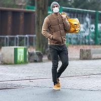 26.11.2020, Trainingsgelaende am wohninvest WESERSTADION - Platz 12, Bremen, GER, 1.FBL, Werder Bremen Training<br /> <br /> Werder Spieler kommen am Donnerstag mittag mit CORONA Alltagsmasken (Mund-Nasen-Bedeckung) zum  Abschusstraining vor dem Auswaertsspiel in Wolfsburg<br /> <br /> Ömer / Oemer Toprak (Werder Bremen #21)<br /> <br /> <br /> Foto © nordphoto / Kokenge *** Local Caption ***
