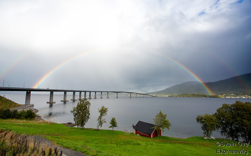 Regnbuer over Tresfjordbrua.<br /> Foto: Svein Ove Ekornesvåg